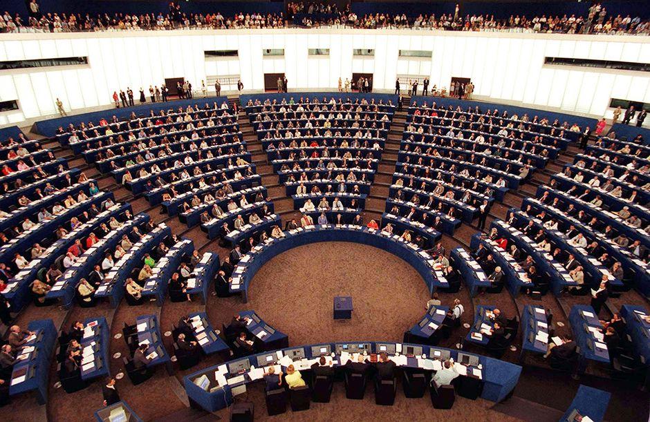 Euroopan parlamentin täysistunto Strasbourgissa vuonna 1999.
