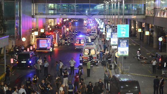 Istanbulissa Atatürkin lentokentällä tehdyt itsemurhaiskut saivat koko lentokentän kaaokseen. Iskuissa sai surmansa ainakin 36 ihmistä ja kymmeniä haavoittui.