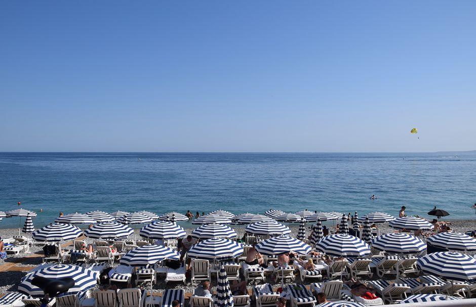 Aurinkovarjoja Nizzan rannalla.