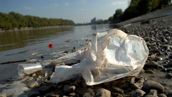 Muovipussi joenrannalla.