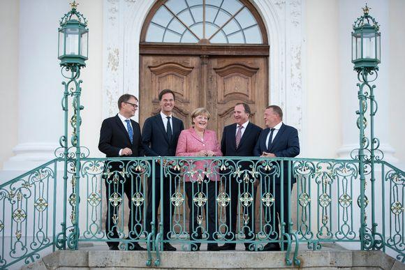 Pääministeri Juha Sipilä, Alankomaiden pääministeri Mark Rutte, Saksan liittokansleri Angela Merkel, Ruotsin pääministeri Stefan Löfven ja Tanskan pääministeri Lars Løkke Rasmussen Mesebergin linnan edustalla 26. elokuuta 2016.