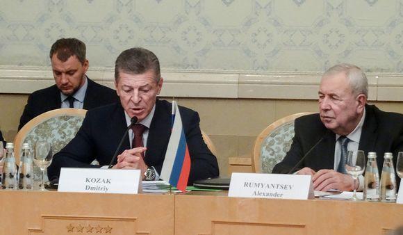 Venäjän valtuuskuntaa johtaa varapääministeri Dmitri Kozak (vas.). Mukana neuvotteluissa on myös Venäjän Suomen-suurlähettiläs Aleksandr Rumjantsev.