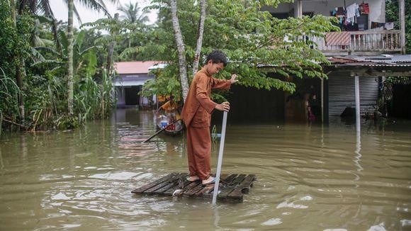 Poika leikkii lautalla Kelantan aluella lähellä Thaimaan rajaa.