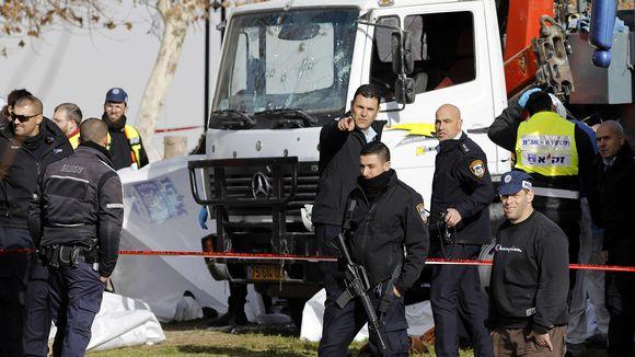 Video: Israelilaisia poliiseja ja pelastustyöntekijöitä paikalla, jossa kuorma-auto ajoi sotilaiden päälle.