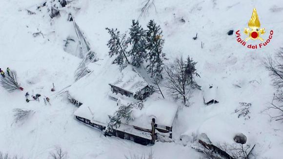 lumeen hautautunut hotelli