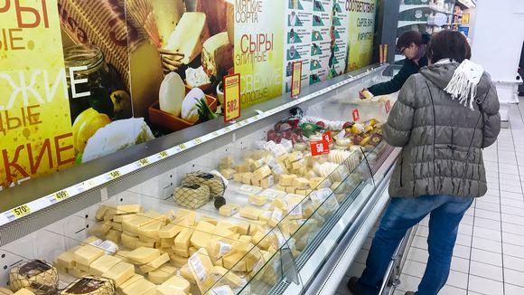kaksi naista valikoi juustoja
