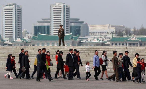 Video: Pohjoiskorealainen sotilas katselee ihmisiä, jotka kävelevät maan perustajan syntymäpäivän vuosipäivää juhlistavaan kukkanäyttelyyn.