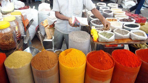 Maustekauppias Mumbaissa, Intiassa.