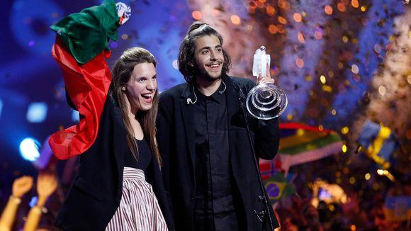 Salvador Sobral tuuletti voittoaan siskonsa kanssa Kiovassa lauantaina.