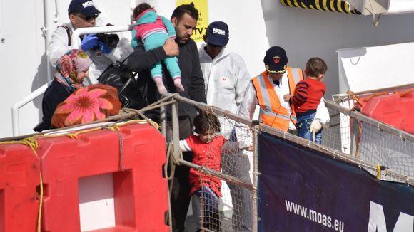 Turvapaikanhakijoita saapuu Italiaan laivalla.