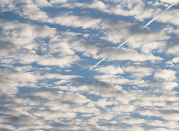 Lentokone jätti pitkän juovan pilvien juovittamalle taivaalle San Sebastianissa, Pohjois-Espanjassa, 16. toukokuuta.
