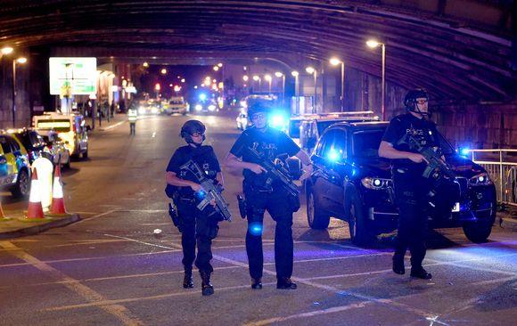 Poliiseja partioimassa räjähdyksen jälkeen Manchester Arenan lähellä maanantai-iltana.