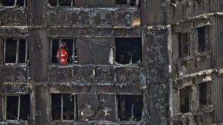 Palanut tornitalo Lontoossa 16. kesäkuuta 2017. Palomiehiä on talon sisällä tutkimassa tuhoja.