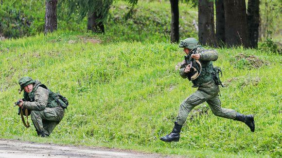 Venäläissotilaita maastossa.