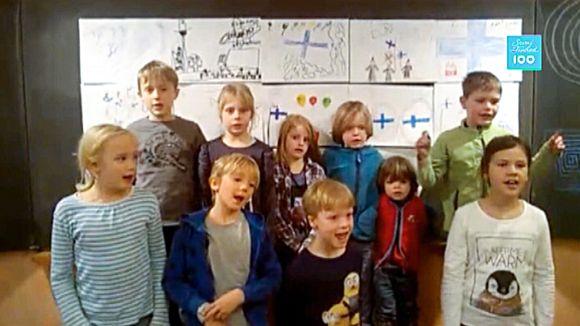 Oppilaat laulavat koulussa Kielissä, Saksassa.