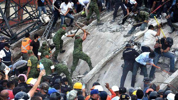 Maanjäristyksen uhreja etsitään raunioista.