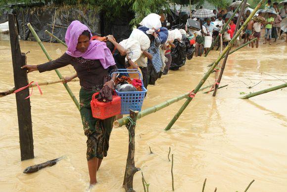 Pakolaismääärä Bangladeshin rajalla on kasvanut sadantuhannen ihmisen viikkovauhtia.