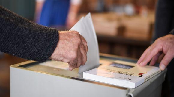 Henkilö äänestää Saksan liittopäivävaaleissa.