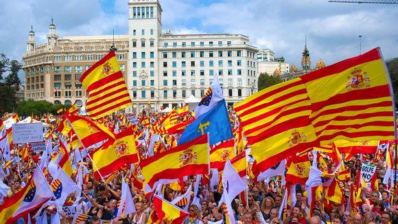 Ihmiset heiluttivat Espanjan ja Katalonian lippuja Espanjassa pysymisen puolesta järjestetyssä mielenosoituksessa Espanjan kansallispäivänä Barcelonassa 12. lokakuuta.
