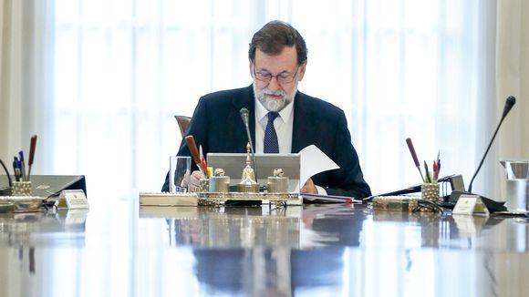 Päämisteri kirjoituspöydän takan