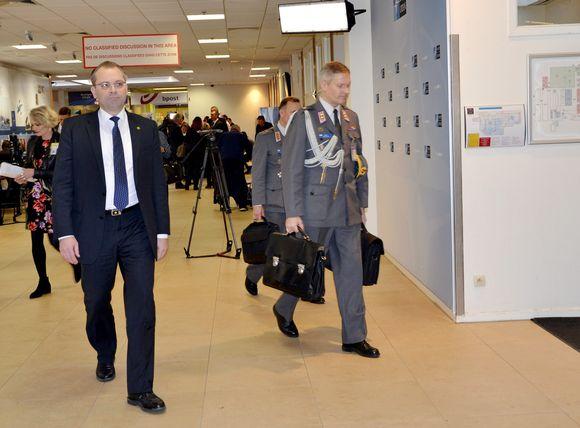 Puolustusministeri Jussi Niinistö saapui Naton Brysselin päämajaan puolustusministerikokoukseen 9. marraskuuta