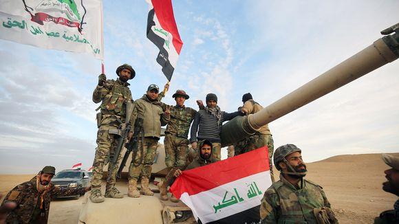 Irakin joukkoja matkalla taistelemaan Isisiä vastaan Rawahin kaupungin lähellä 25. marraskuuta.