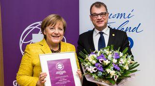Angela Merkel sai Suomen ensimmäisen kansainvälisen tasa-arvopalkinnon. Merkel osallistui torstaina 14. joulukuuta EU-huippukokoukseen Brysselissä, jossa pääministeri Juha Sipilä julkisti palkinnonsaajan.