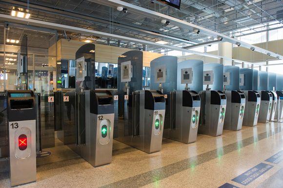 Automaattisia passintarkastuskoneita maahan saapuville Helsinki-Vantaan lentoasemalla.