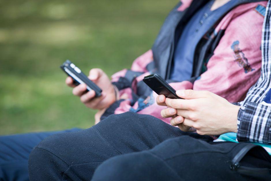 https://img.yle.fi/uutiset/uutisen-ims-kuvat/article10512240.ece/ALTERNATES/w940/matkapuhelimet%20matkapuhelin%20k%C3%A4nnykk%C3%A4%20swipe