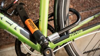 Kaarilukolla lukittu polkupyörä.