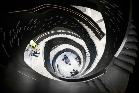 En spiraltrappa fotograferad uppfrån.