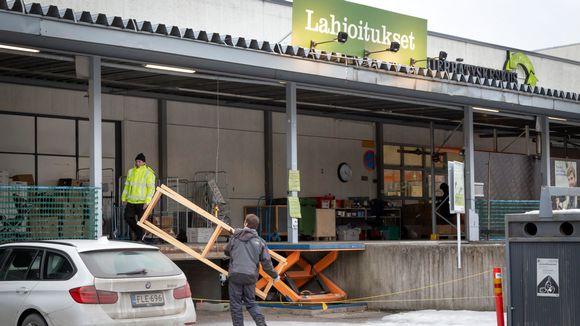 Asiakas kantaa Lundia tikkaita Kierrätyskeskukseen.