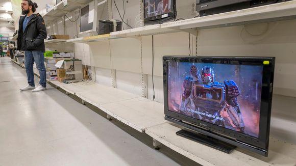 Tyhjä TV-hylly kierrätyskeskuksessa.