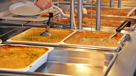 Bild tagen i strömborska skolans matsal, bild på salads bordet.