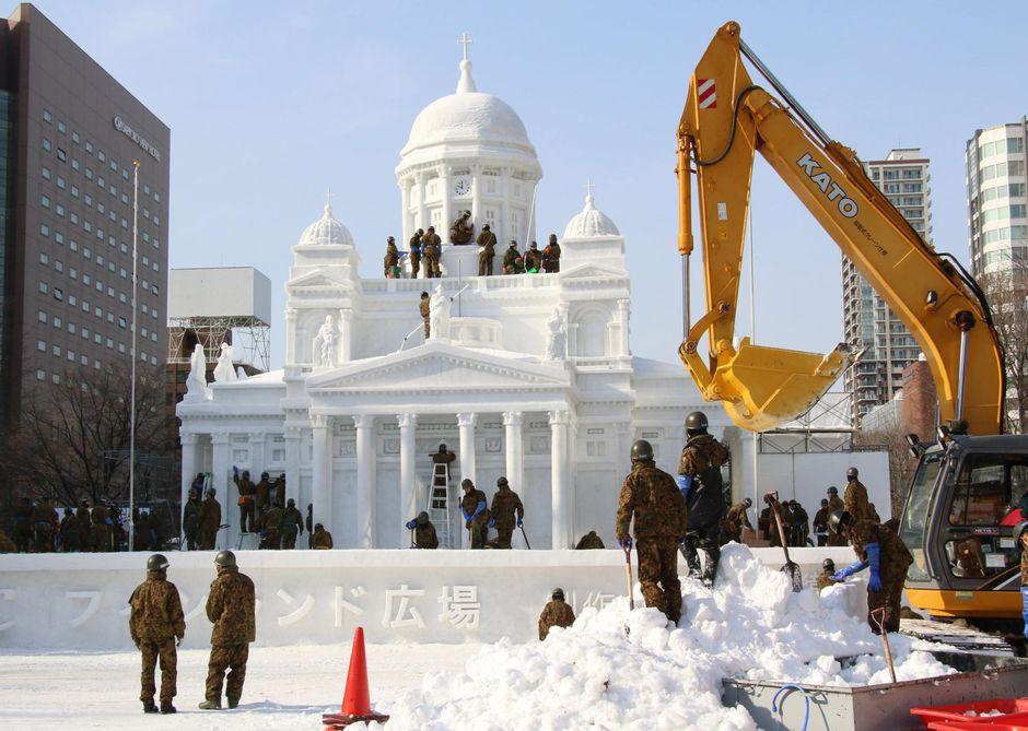 Lumesta veistetty Helsingin tuomiokirkko Sapporossa