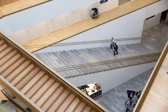 Aalto-yliopiston kauppakorkeakoulun portaikko.