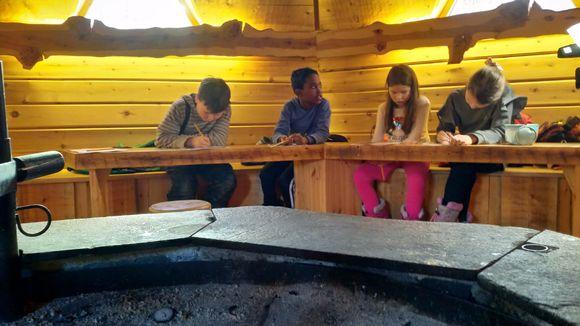 Saamenkielen luokat opiskelevat Saamelaismuseo Siidan kammissa.