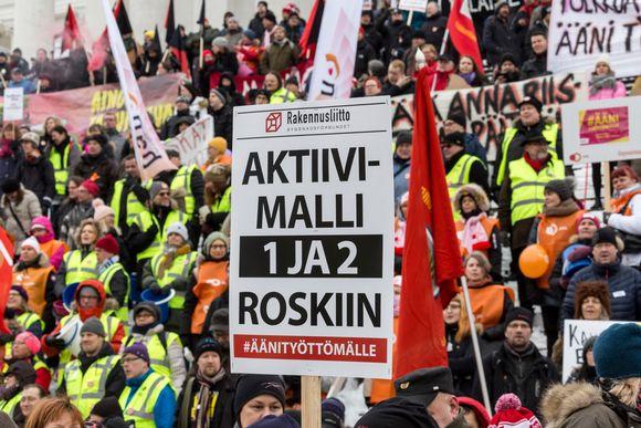 Aktiivimallia vastustava mielenosoitus Helsingin Senaatintorilla helmikuussa 2018.