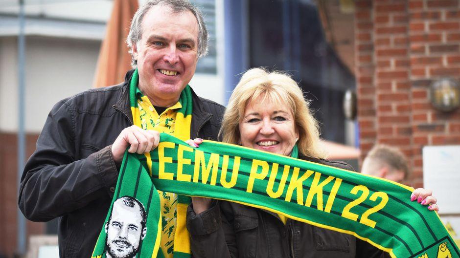 Helene Schwabe Magill och Philip Magill håller i en Teemu Pukki-halsduk.
