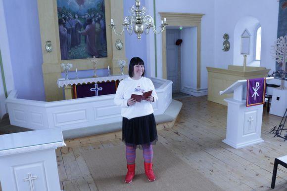 Anna Näkkäläjärvi-Länsman laulaa Utsjoen kirkossa.
