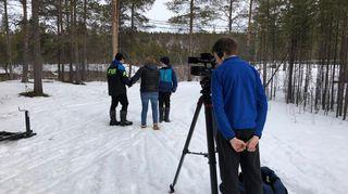 Yle uutisluokan Karigasniemen oppilaat kuvaavat uutisjuttua