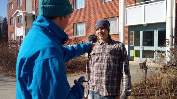 Koltansaamen kieliharjoittelija Tero Harju haastattelee Tuomas Kiprianoffia.