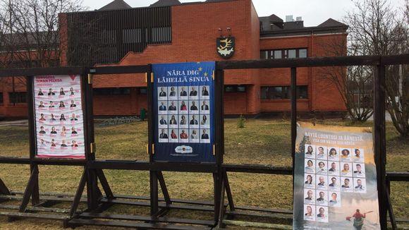 Eurovaalien vaalimainokset repsottavat Inarin kunnantalon edustalla.