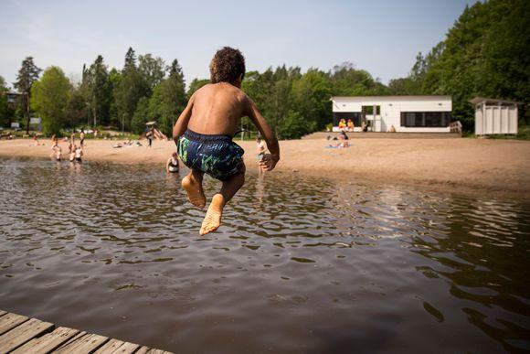 Ivan Holster hyppää pommilla veteen.