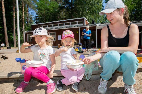 lapsia ruokailemassa puistossa