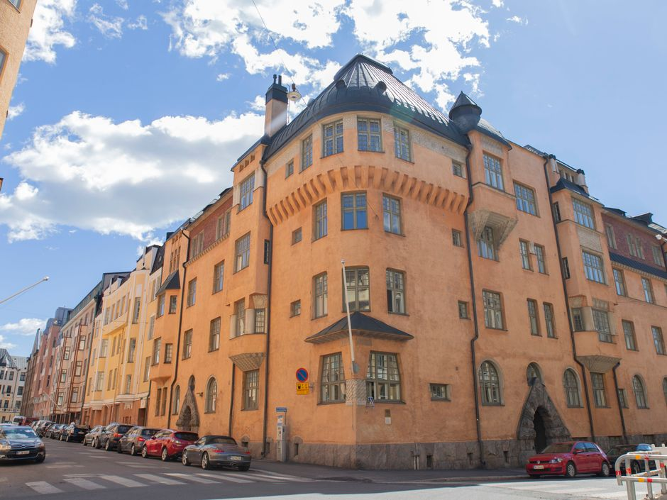 Jugendtyylinen Norma-talo Helsingin Katajanokalla. Vuonna 1904 valmistunut Norma on jugendia jyhkeimmillään; siinä vaikutteet keskiaikaisista kirkoistamme ja linnoistamme heijastuvat muurimaisista pinnoista.