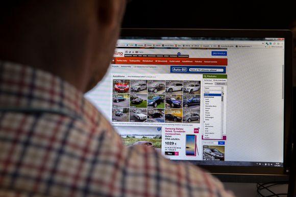 Nettiautokaupan sivuja selaillaaan.