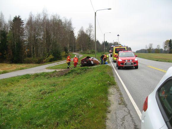 Henkilöauto ojassa, ensihoito ja pelastuslaitoksen autoja paikalla.