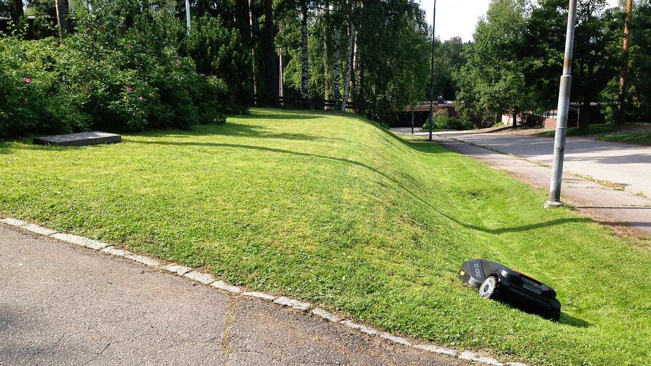 Robottiruohonleikkuri leikkaa nurmikkoa