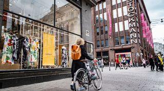 nainen taluttaa polkupyörää Aleksanterinkadulla Stockmannin edessä